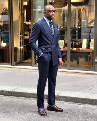 Comment porter: blazer croisé bleu marine, chemise de ville bleu clair, pantalon de costume bleu marine, slippers en cuir marron foncé