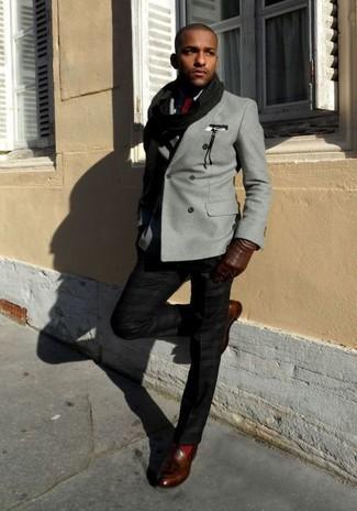 Comment porter: blazer croisé gris, chemise de ville noire, pantalon de costume noir, mocassins à pampilles en cuir marron foncé