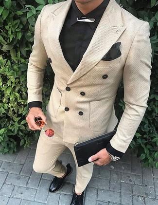 Comment porter: blazer croisé beige, chemise de ville noire, pantalon de costume beige, chaussures derby en cuir noires