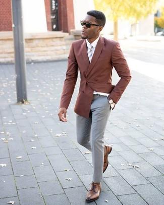 Comment porter: blazer croisé tabac, chemise de ville blanche, pantalon de costume gris, chaussures derby en cuir marron