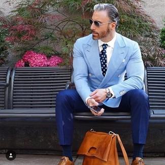 Comment porter: blazer croisé bleu clair, chemise de ville blanche, pantalon de costume bleu, chaussures richelieu en cuir tabac