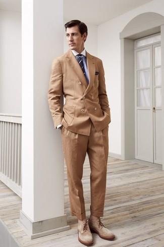 Comment porter: blazer croisé marron clair, chemise de ville bleu clair, pantalon de costume marron clair, bottes brogue en daim marron clair