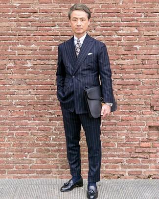 Comment porter: blazer croisé à rayures verticales bleu marine, chemise de ville blanche, pantalon de costume à rayures verticales bleu marine, mocassins à pampilles en cuir noirs