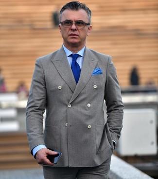 Comment porter: blazer croisé gris, chemise de ville bleu clair, pantalon de costume gris, cravate en tricot bleue