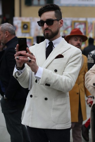 Comment porter: blazer croisé en velours côtelé blanc, chemise de ville blanche, pantalon de costume en laine noir, cravate noire