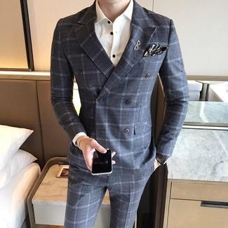Comment porter: blazer croisé en laine à carreaux gris, chemise de ville blanche, pantalon de costume en laine à carreaux gris, pochette de costume écossaise gris foncé