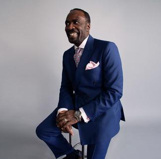Comment porter: blazer croisé bleu marine, chemise de ville à carreaux rose, pantalon de costume bleu marine, chaussures brogues en cuir noires