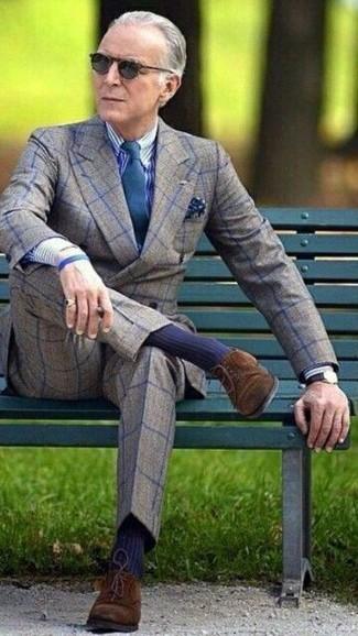 Comment porter: blazer croisé en laine à carreaux gris, chemise de ville à rayures verticales blanc et bleu marine, pantalon de costume en laine à carreaux gris, chaussures derby en daim marron foncé