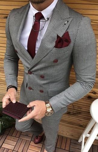 Comment porter: blazer croisé à carreaux gris, chemise de ville blanche, pantalon de costume à carreaux gris, mocassins à pampilles en cuir bordeaux