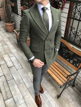 Comment porter: blazer croisé en laine olive, chemise de ville blanche, pantalon de costume en laine gris, mocassins à pampilles en cuir marron