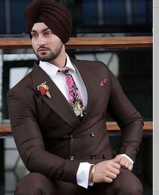Comment porter: blazer croisé marron foncé, chemise de ville blanche, pantalon de costume marron foncé, cravate à fleurs fuchsia