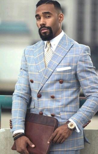 Comment porter: blazer croisé à carreaux bleu clair, chemise de ville blanche, pantalon de costume à carreaux bleu clair, pochette en cuir marron foncé