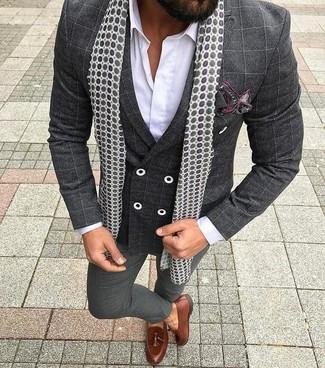 Comment porter: blazer croisé à carreaux gris foncé, chemise de ville blanche, pantalon de costume gris foncé, mocassins à pampilles en cuir marron