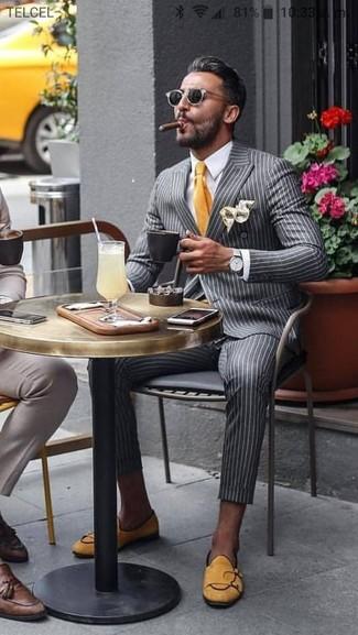 Comment porter: blazer croisé à rayures verticales gris, chemise de ville blanche, pantalon de costume à rayures verticales gris, slippers en daim jaunes