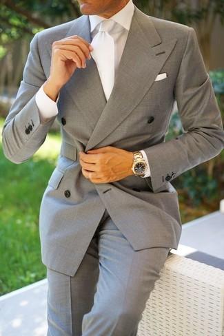 Comment porter: blazer croisé gris, chemise de ville blanche, pantalon de costume gris, cravate en soie blanche