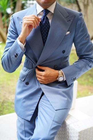 Comment porter: blazer croisé bleu clair, chemise de ville blanche, pantalon de costume bleu clair, cravate á pois bleu marine