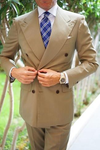 Comment porter: blazer croisé marron clair, chemise de ville blanche, pantalon de costume marron clair, cravate écossaise bleue