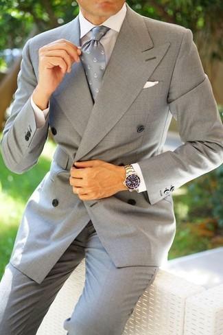 Comment porter: blazer croisé gris, chemise de ville blanche, pantalon de costume gris, cravate imprimée grise