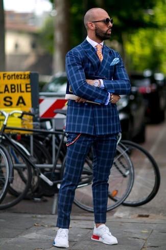 Comment porter: blazer croisé à carreaux bleu, chemise de ville bleue, pantalon de costume à carreaux bleu, chaussures de sport blanches
