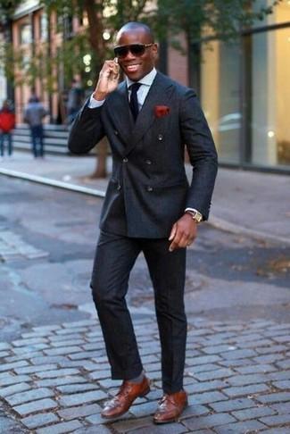 Comment porter: blazer croisé noir, chemise de ville bleu clair, pantalon de costume noir, chaussures derby en cuir marron