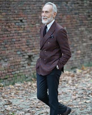 Comment porter une pochette de costume imprimée marron foncé: Associe un blazer croisé en laine à carreaux marron foncé avec une pochette de costume imprimée marron foncé pour un look confortable et décontracté. D'une humeur créatrice? Assortis ta tenue avec une paire de des chaussures derby en cuir noires.