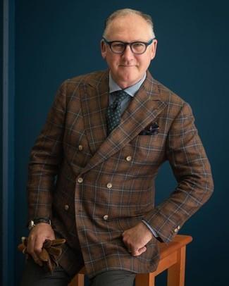 Comment porter: blazer croisé en laine à carreaux marron, chemise de ville en vichy bleue, pantalon de costume gris foncé, cravate imprimée vert foncé