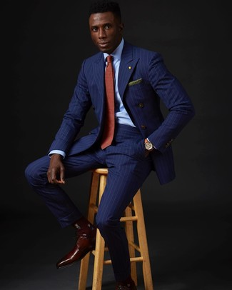 Comment porter: blazer croisé à rayures verticales bleu, chemise de ville bleu clair, pantalon de costume à rayures verticales bleu, chaussures derby en cuir bordeaux