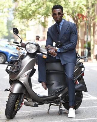 Comment porter: blazer croisé gris foncé, chemise de ville bleu clair, pantalon de costume gris foncé, baskets basses blanches