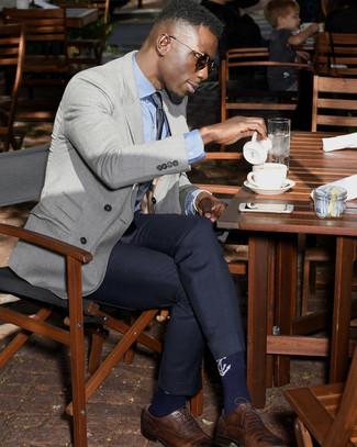 Comment porter: blazer croisé gris, chemise de ville bleu clair, pantalon de costume bleu marine, chaussures brogues en cuir marron