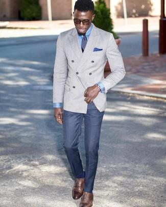 Comment porter: blazer croisé gris, chemise de ville bleu clair, pantalon de costume bleu, chaussures richelieu en cuir marron