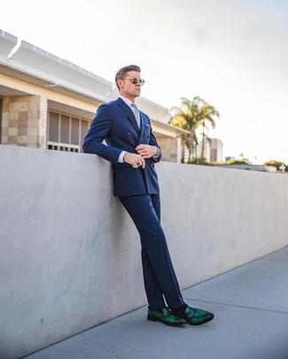 Tenue: Blazer croisé bleu, Chemise de ville violet clair, Pantalon de costume bleu, Slippers en cuir vert foncé