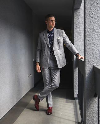 Comment porter: blazer croisé en laine gris, chemise de ville à fleurs bleu marine et blanc, pantalon de costume en laine gris, double monks en cuir rouges