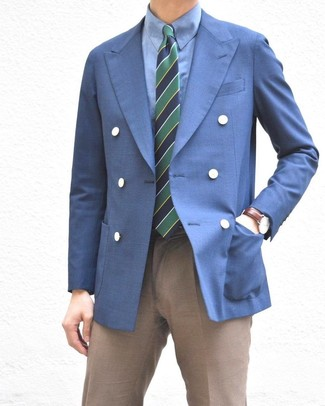 Comment porter: blazer croisé bleu, chemise de ville bleue, pantalon de costume marron, cravate à rayures horizontales bleu marine et vert