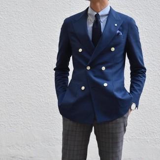 Comment porter: blazer croisé bleu marine, chemise de ville bleu clair, pantalon de costume écossais gris foncé, cravate bleu marine