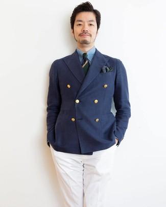 Comment porter: blazer croisé bleu marine, chemise de ville en chambray bleu clair, pantalon de costume blanc, cravate à rayures horizontales bleu marine et vert