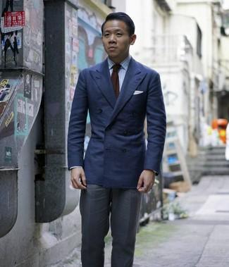 Comment porter: blazer croisé bleu marine, chemise de ville à rayures verticales bleu clair, pantalon de costume gris foncé, cravate en tricot marron foncé