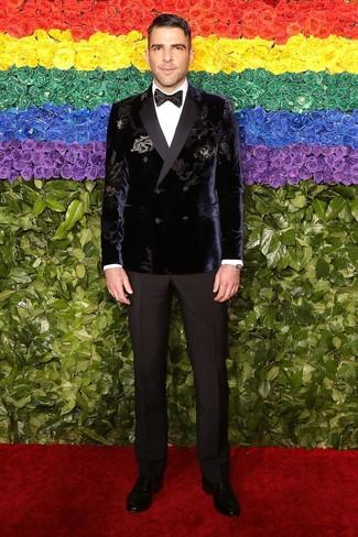 Comment porter: blazer croisé en velours violet, chemise de ville blanche, pantalon de costume noir, slippers en cuir noirs