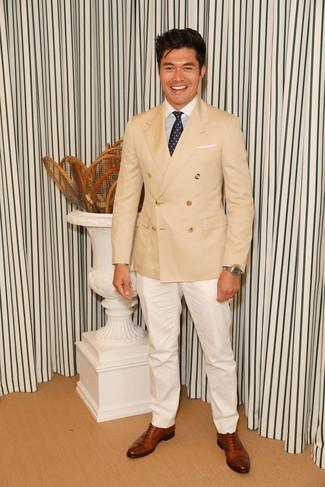 Comment porter: blazer croisé marron clair, chemise de ville à rayures verticales blanc et bleu, pantalon de costume blanc, chaussures richelieu en cuir marron