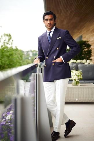 Comment porter: blazer croisé bleu marine, chemise de ville blanche, pantalon de costume blanc, mocassins à pampilles en cuir noirs