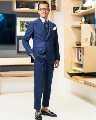 Comment porter: blazer croisé bleu marine, chemise de ville écossaise blanc et bleu marine, pantalon de costume bleu marine, mocassins à pampilles en cuir noirs