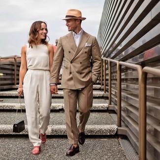 Comment porter un blazer croisé marron clair: L'association d'un blazer croisé marron clair et d'un pantalon de costume marron clair peut te démarquer de la foule. Si tu veux éviter un look trop formel, fais d'une paire de des slippers en cuir bordeaux ton choix de souliers.