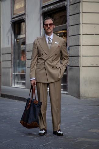 Comment porter: blazer croisé marron, chemise de ville blanche, pantalon de costume marron, mocassins à pampilles en cuir blancs et noirs