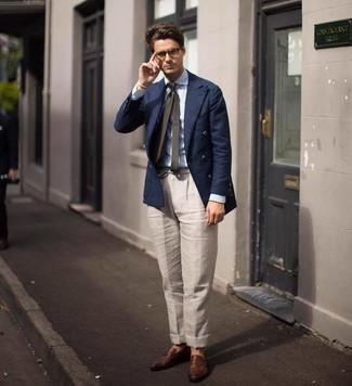 Comment porter: blazer croisé bleu marine, chemise de ville à rayures verticales bleu clair, pantalon de costume en lin beige, slippers en cuir marron