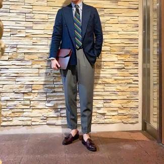 Comment porter: blazer croisé bleu marine, chemise de ville à rayures verticales blanc et bleu, pantalon de costume gris, mocassins à pampilles en cuir bordeaux