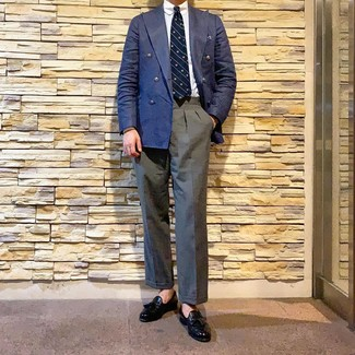 Comment porter: blazer croisé bleu marine, chemise de ville blanche, pantalon de costume gris, mocassins à pampilles en cuir noirs