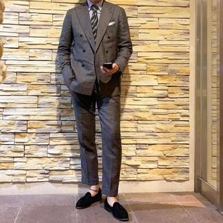 Comment porter: blazer croisé gris foncé, chemise de ville à rayures verticales blanche, pantalon de costume gris foncé, mocassins à pampilles en daim noirs