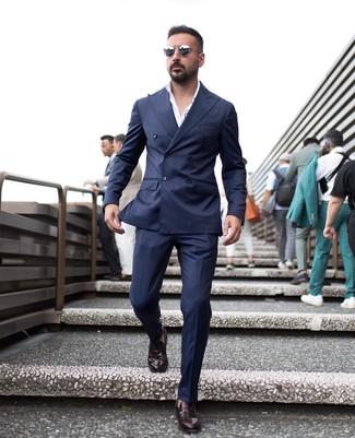 Comment porter: blazer croisé bleu marine, chemise de ville blanche, pantalon de costume bleu marine, slippers en cuir bordeaux
