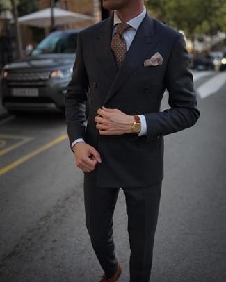 Comment porter un blazer croisé gris foncé: Marie un blazer croisé gris foncé avec un pantalon de costume gris foncé pour une silhouette classique et raffinée. Jouez la carte décontractée pour les chaussures et opte pour une paire de des chaussures richelieu en cuir marron.