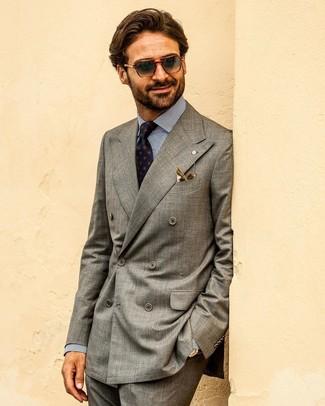 Comment porter: blazer croisé gris, chemise de ville à rayures verticales blanc et bleu marine, pantalon de costume gris foncé, cravate imprimée bleu marine