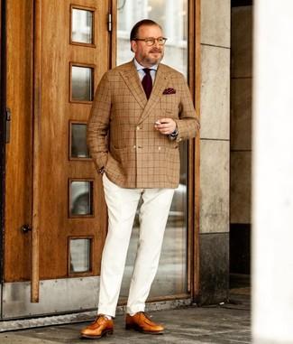Comment porter: blazer croisé écossais marron clair, chemise de ville bleu clair, pantalon de costume blanc, chaussures derby en cuir marron clair